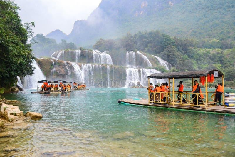 Cao Bang, Vietnam - 30. November 2018: Touristisches Besuchs-Ban Gioc Waterfall oder Detian Falls stockfotografie