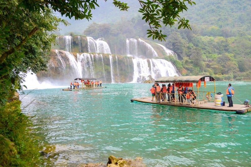 Cao Bang, Vietnam - 30. November 2018: Touristisches Besuchs-Ban Gioc Waterfall oder Detian- Fallsbambusboot lizenzfreies stockbild