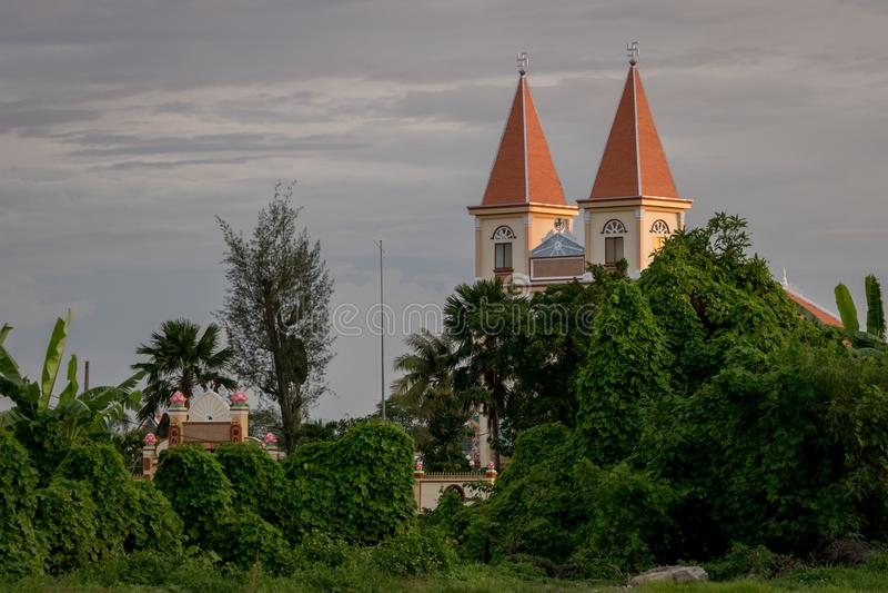 Cao Dai świątynia w Ho Chi Minh mieście, Wietnam Tajemniczy Religijny miejsce - Chująca pagoda w Zielonych Forest/drzewach, winog zdjęcia royalty free