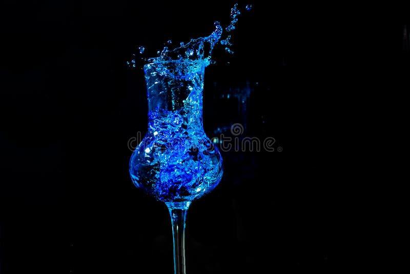 Caos blu in glas di grapa immagine stock