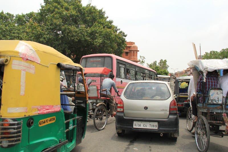 Caos do tráfego da cidade cor-de-rosa fotografia de stock royalty free