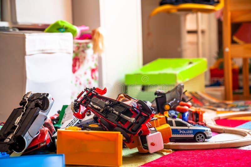 Caos en el cuarto de niños colorido - coches del juguete fotos de archivo