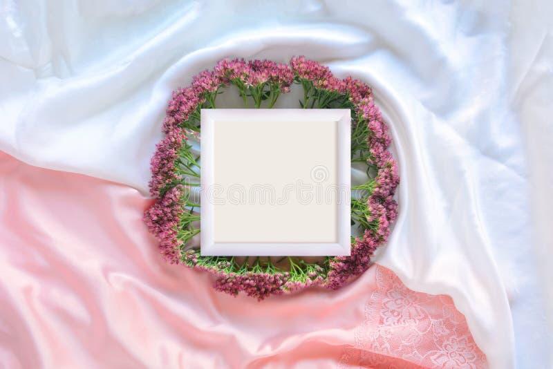 Capítulo con las flores en la seda blanca imagen de archivo libre de regalías