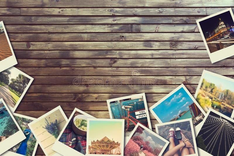 Capítulo con las fotografías viejas del papel, fondo de madera imagen de archivo