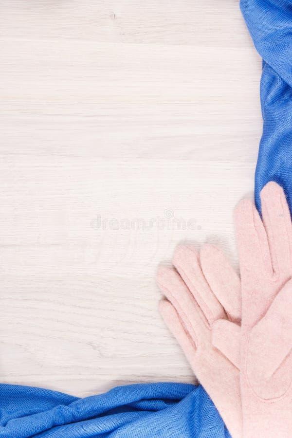 Capítulo de guantes y del mantón para la mujer hecha de lanas o de algodón, la ropa para el otoño o el concepto del invierno, lug fotos de archivo