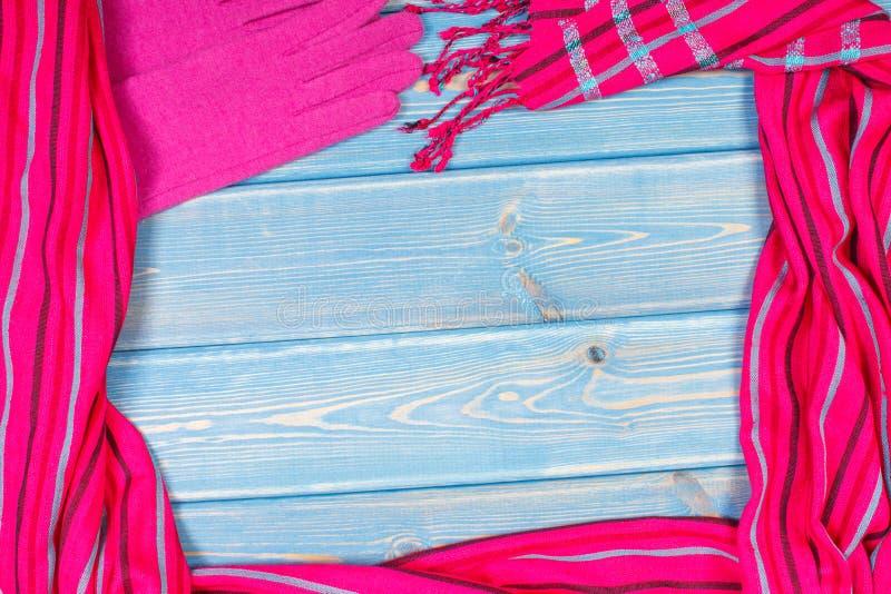 Capítulo de guantes y mantón de lana femenino, ropa para el otoño o invierno, espacio de la copia para el texto en tableros azule imágenes de archivo libres de regalías