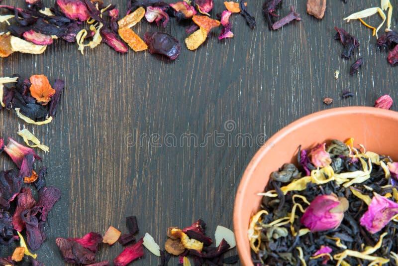 Capítulo de hojas de té secadas con los pétalos y las hierbas imagen de archivo