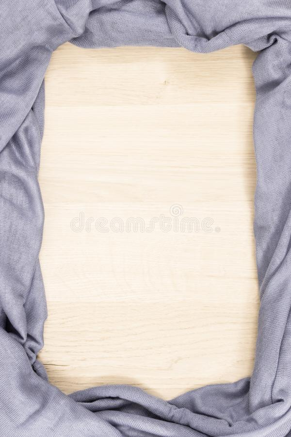 Capítulo de la bufanda usando en el otoño o el invierno, ropa caliente para el concepto de la mujer, espacio de la copia para el  imagenes de archivo