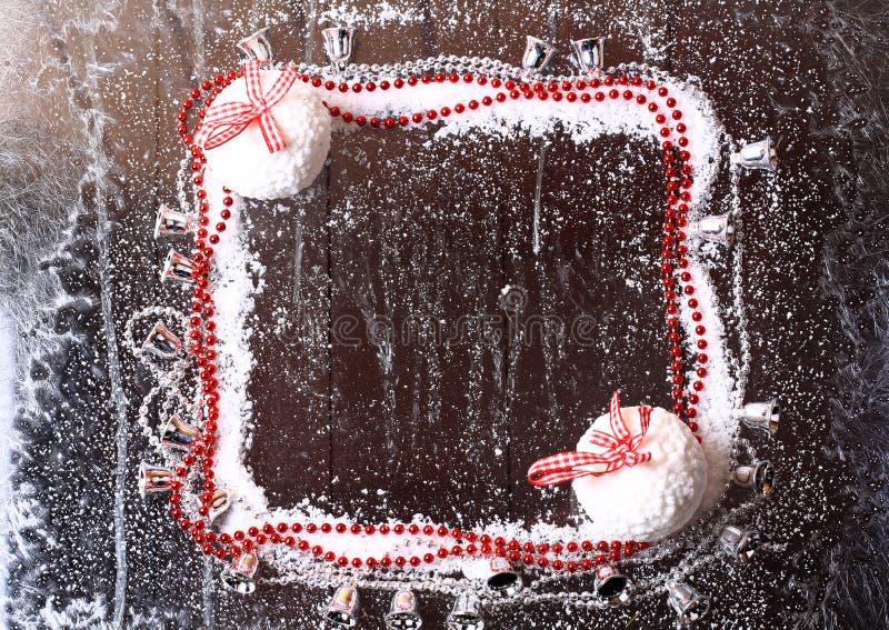 Capítulo de la nieve con las bolas de la Navidad fotos de archivo libres de regalías