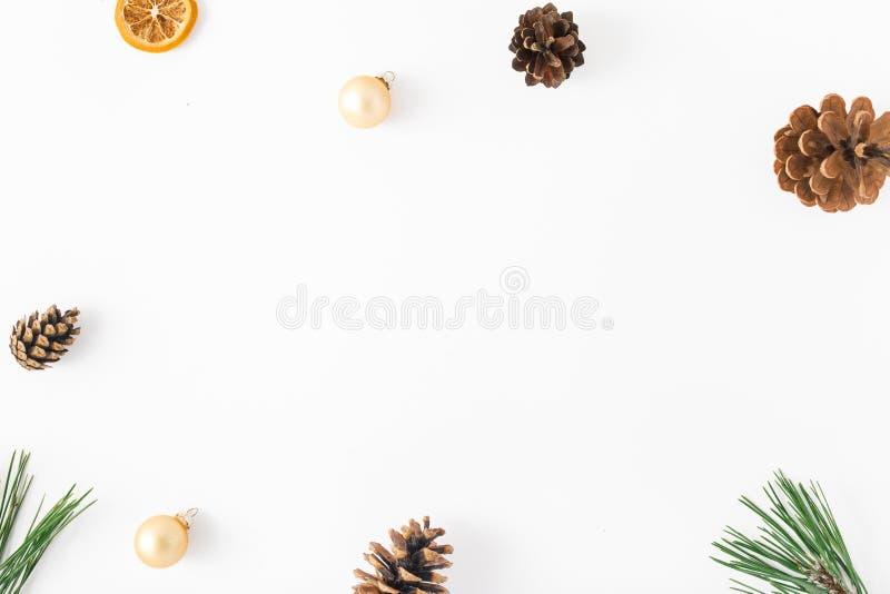 Capítulo de la rama del abeto, conos del pino, naranja seca, bolas de la Navidad fotos de archivo