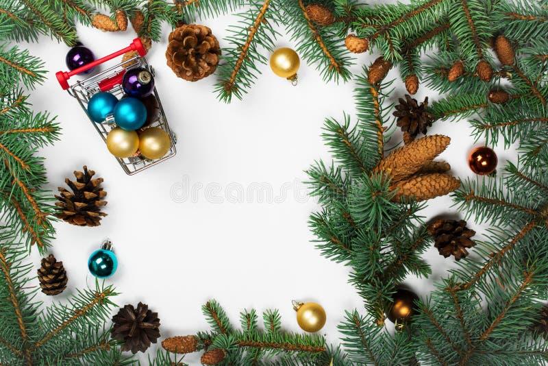 Capítulo de las ramas del abeto con las decoraciones de la Navidad fotos de archivo libres de regalías