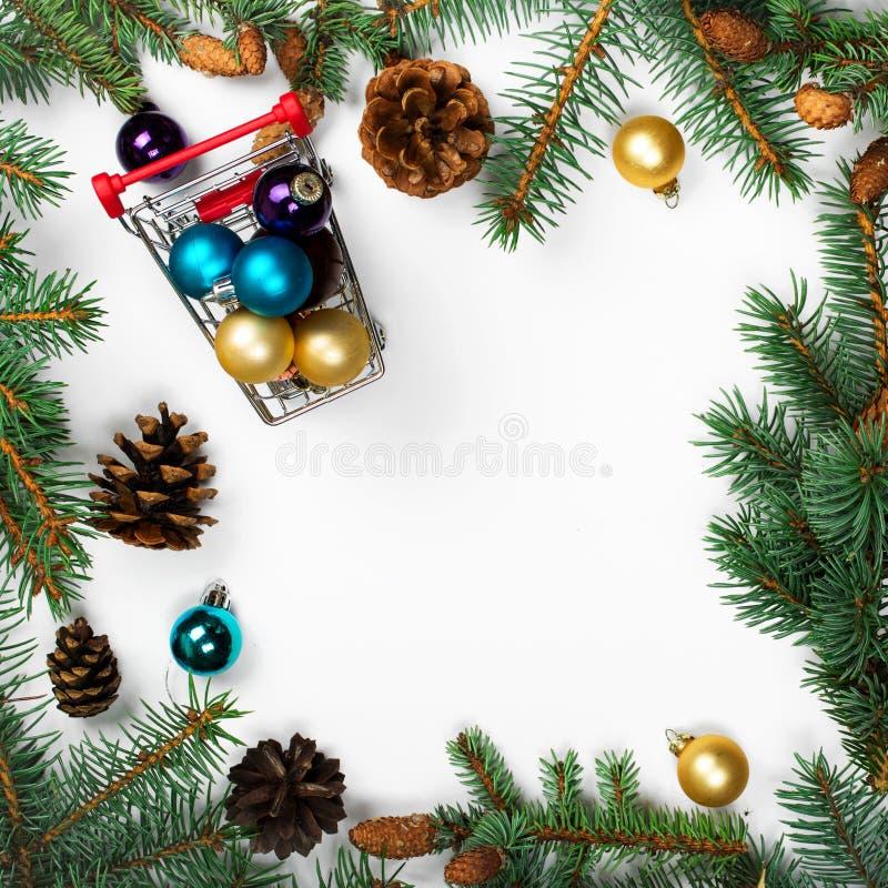 Capítulo de las ramas del abeto con las decoraciones de la Navidad foto de archivo