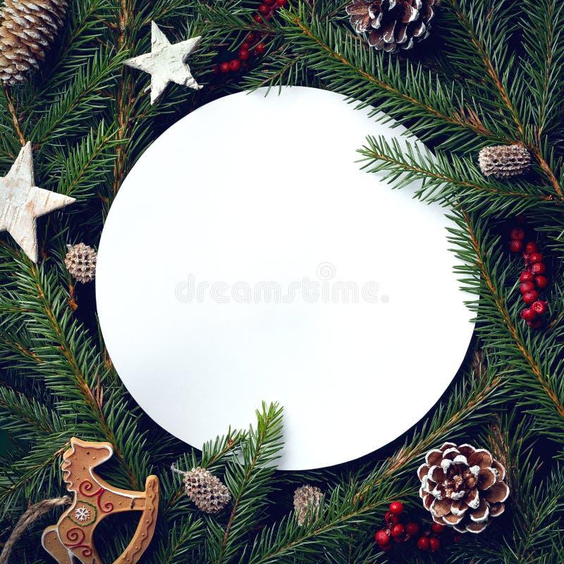 Capítulo de las ramas y de las decoraciones de árbol de navidad foto de archivo libre de regalías