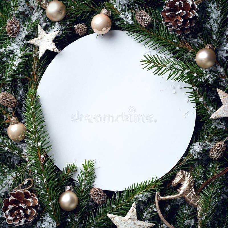Capítulo de las ramas y de las decoraciones de árbol de navidad foto de archivo