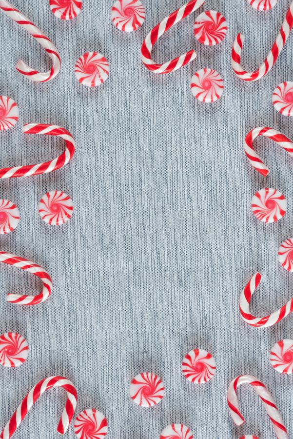 Capítulo de los bastones de caramelo de la Navidad y de los caramelos del remolino de la hierbabuena con el espacio de la copia imagenes de archivo