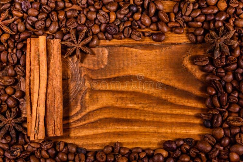 Capítulo de los granos de café, del anís de estrella y de los palillos de canela en de madera fotos de archivo libres de regalías