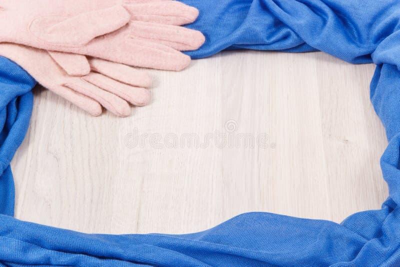 Capítulo de manoplas, del mantón o de la bufanda femenino usando en el otoño o el invierno, lugar para el texto en el tablero bla foto de archivo