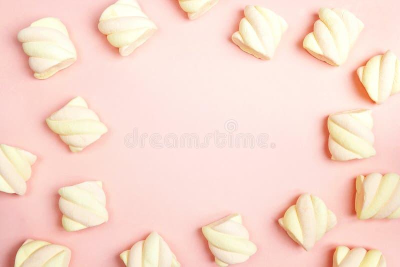 Capítulo de melcochas espirales en fondo rosado con el espacio de la copia imagen de archivo