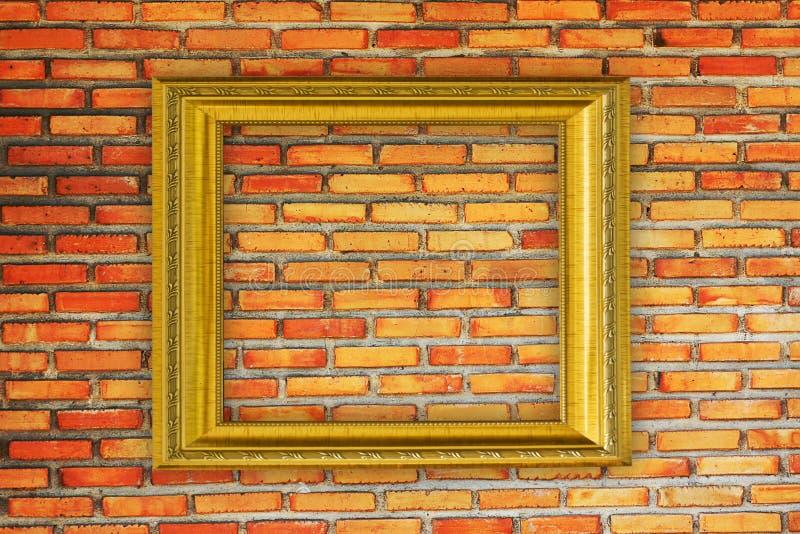 Capítulo de oro en viejo fondo de la pared de ladrillo fotografía de archivo