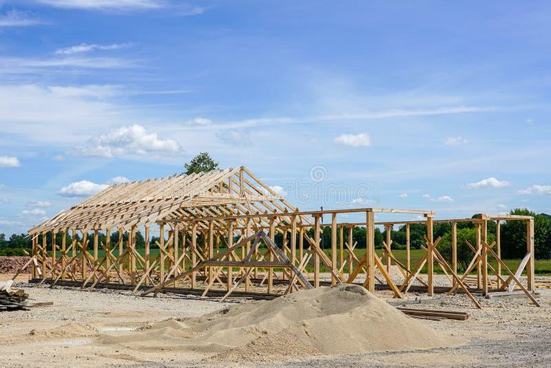 Capítulo de una nueva casa de madera bajo construcción fotografía de archivo libre de regalías