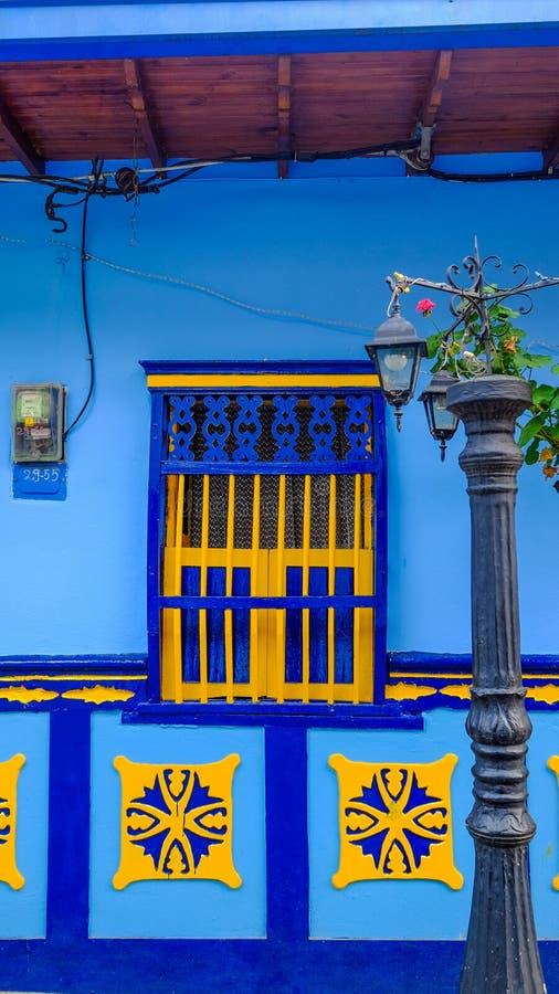 Capítulo de una ventana de una casa típica en Guatapé, Colombia fotos de archivo libres de regalías