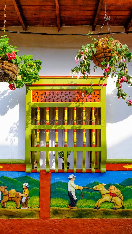 Capítulo de una ventana en la casa colorida en Guatapé, Colombia fotografía de archivo libre de regalías