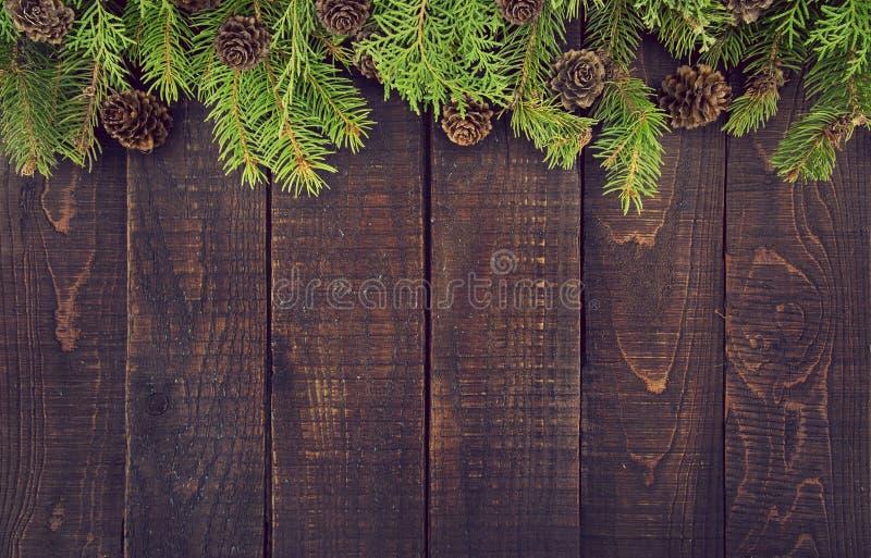 Capítulo del árbol de navidad adornado en fondo de madera rústico fotos de archivo libres de regalías
