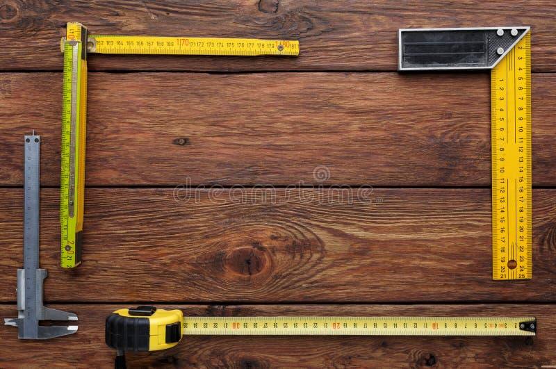 Capítulo del cuadrado determinado en el fondo de madera con el espacio de la copia foto de archivo