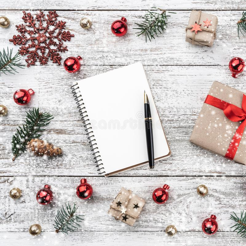 Capítulo en fondo de la Navidad de la madera vieja Artículos de Navidad Tarjeta de felicitación Visión superior Efecto de la niev foto de archivo