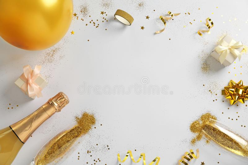 Capítulo hecho con champán, brillo del oro y espacio para el texto en el fondo blanco, visión superior hilarante imagenes de archivo