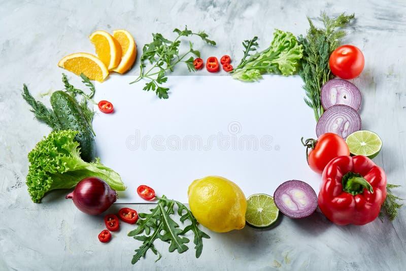 Capítulo hecho de frutas y verduras en el fondo blanco, espacio de la copia, foco selectivo, endecha plana, primer fotos de archivo libres de regalías