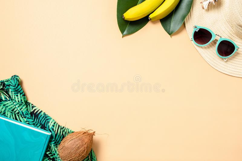 Capítulo hecho de los accesorios y de las frutas de la mujer del verano en fondo amarillo con el espacio de la copia para el text imagen de archivo libre de regalías