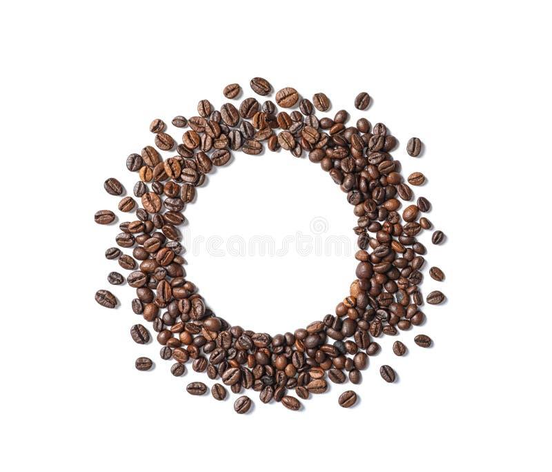 Capítulo hecho de los granos de café asados en el fondo blanco imágenes de archivo libres de regalías