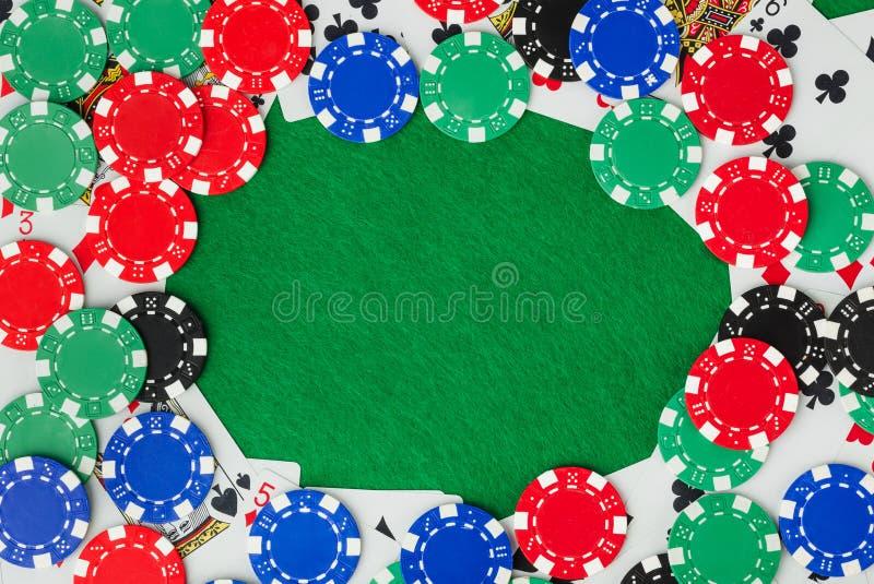 Capítulo hecho de microprocesadores del casino en la tabla verde foto de archivo libre de regalías