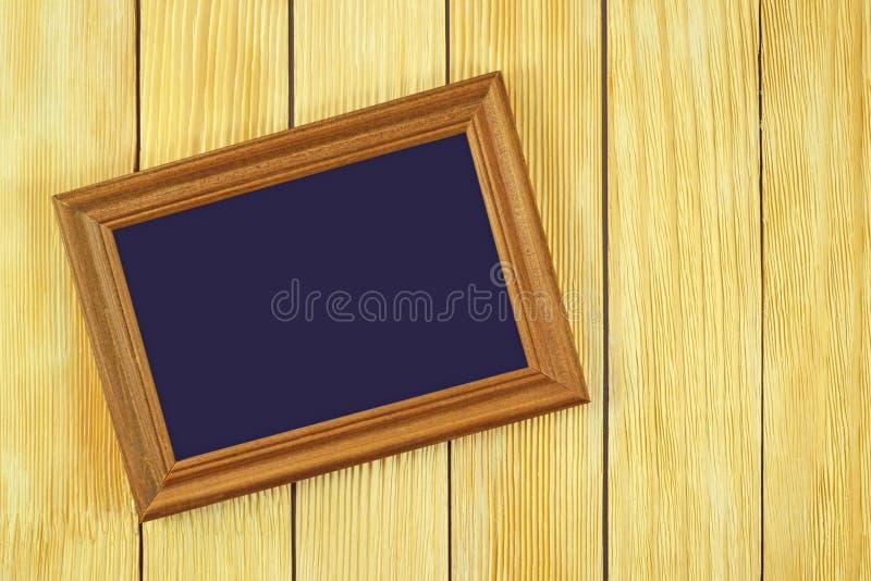 Capítulo la mentira en un fondo de listones de madera foto de archivo libre de regalías