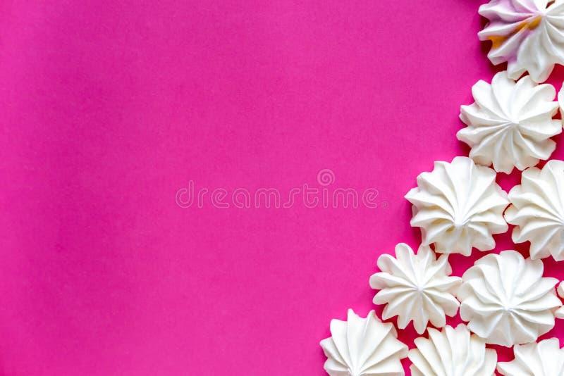 Capítulo para apoyar con un merengue en un fondo rosado Base para el diseño con los merengues multicolores en un fondo rosado bas imagenes de archivo