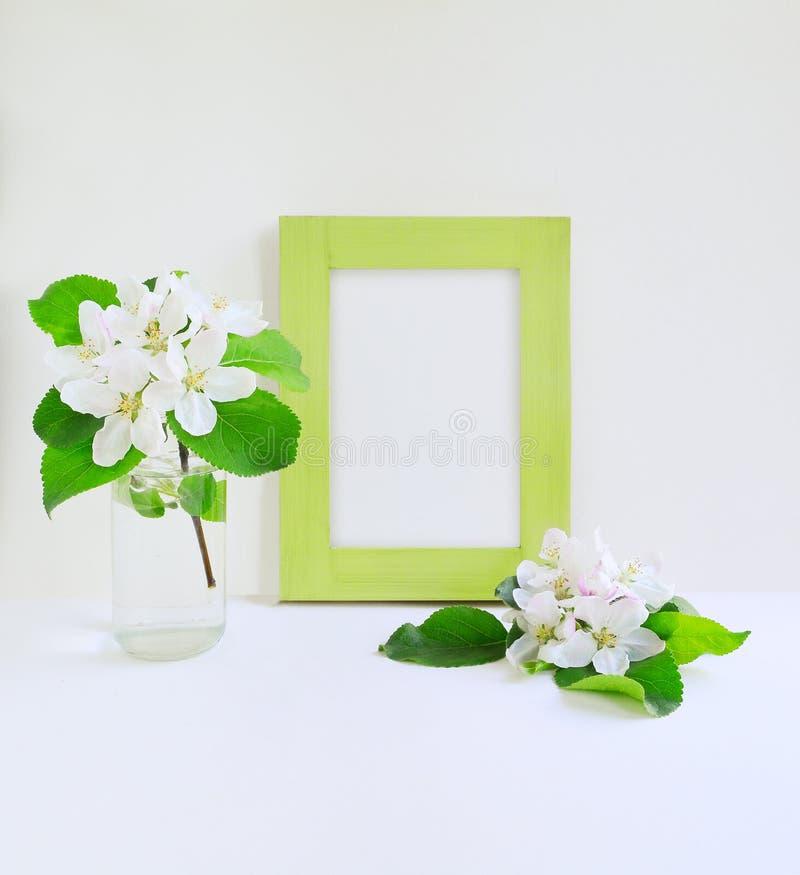 Capítulo y flores verdes imagen de archivo