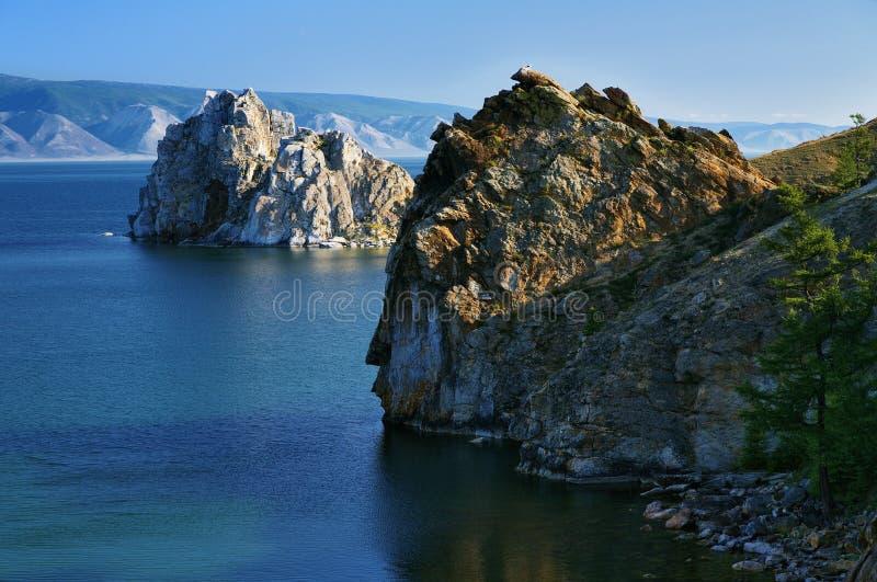 Cap Burhan et roche de Shaman au lac Baikal photo stock