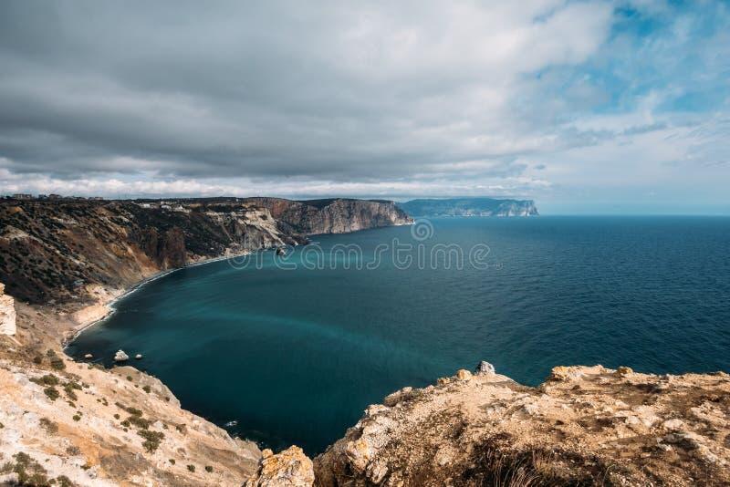Cap de Fiolent, station de vacances de nature de crime avec la Mer Noire, hautes falaises jaunes de roche et plages sauvages, bea photo stock
