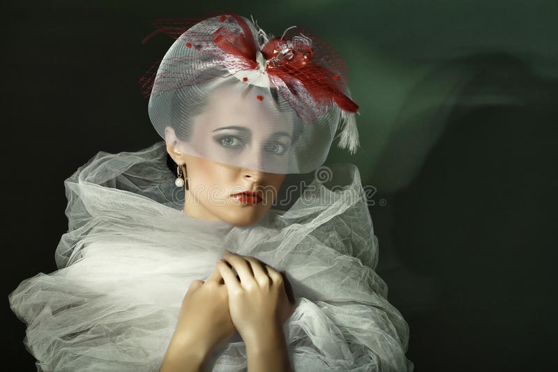 cap ståendewhitekvinnan royaltyfria foton