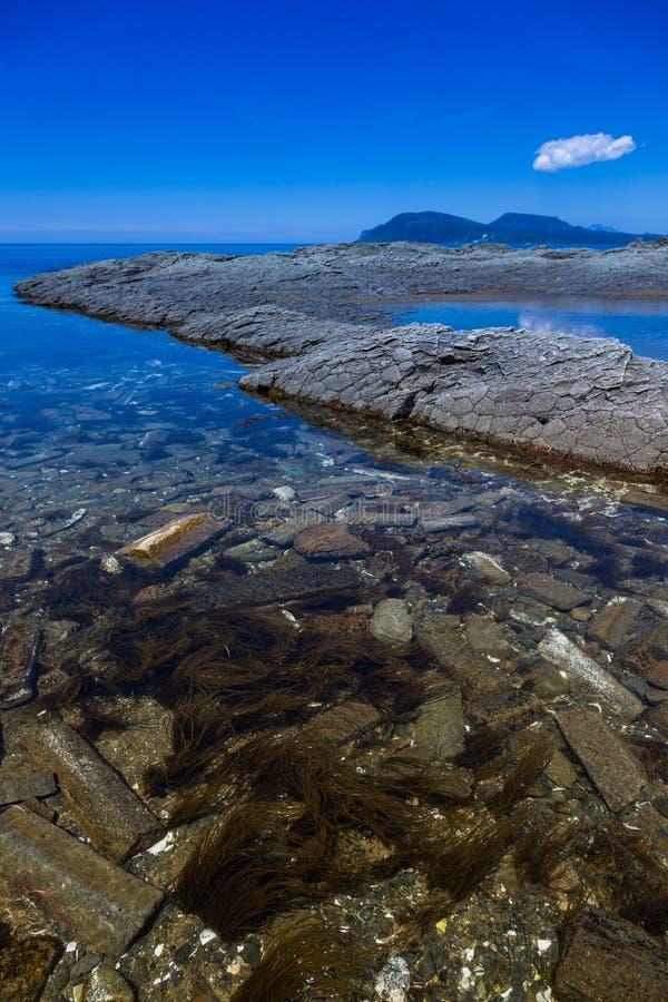 Cap Stolbchaty Cap sur la côte ouest de l'île de Kunashi photos libres de droits