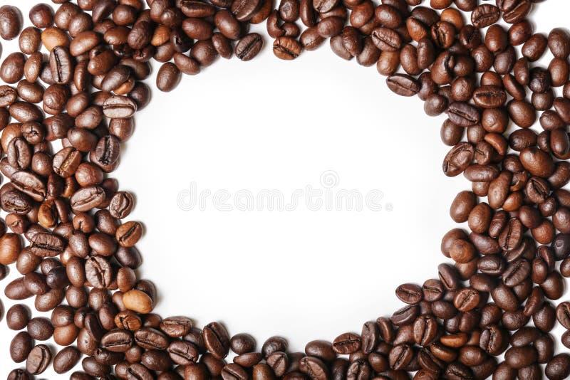 Cap?tulo hecho de los granos de caf? asados en el fondo blanco foto de archivo