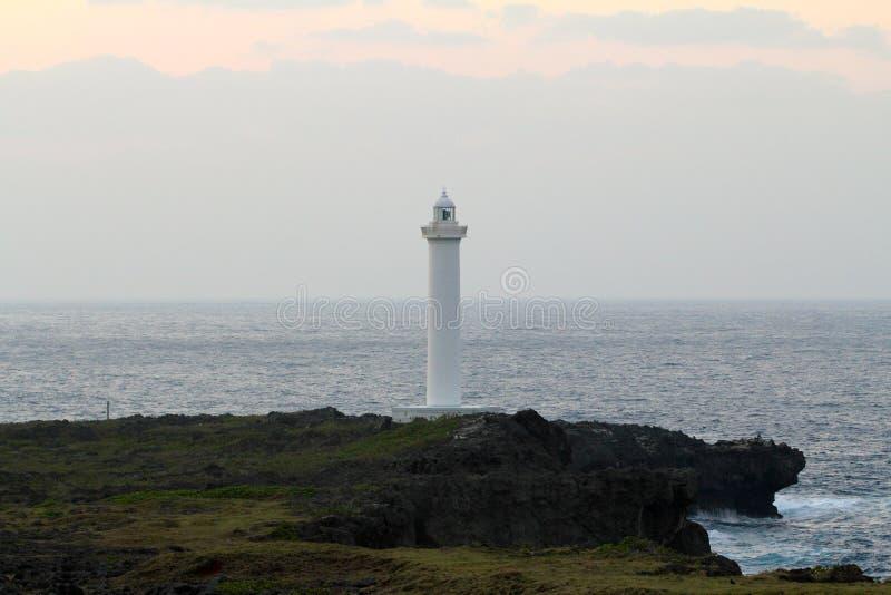 Cap Zampa, village de Yomitan, Okinawa Japan de phare au coucher du soleil image libre de droits