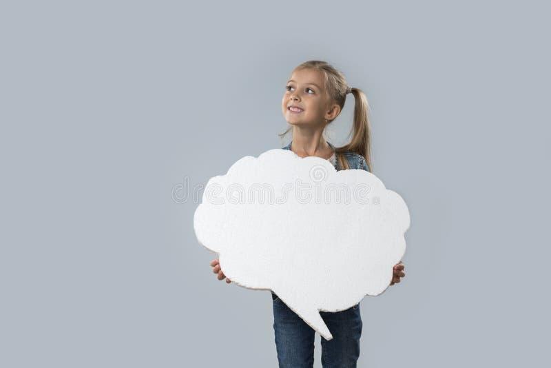 Capa blanca sonriente feliz de los vaqueros del desgaste del espacio de la copia de la nube de la niña hermosa aislada imágenes de archivo libres de regalías