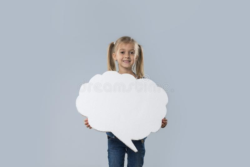 Capa blanca sonriente feliz de los vaqueros del desgaste del espacio de la copia de la nube de la niña hermosa aislada imagenes de archivo