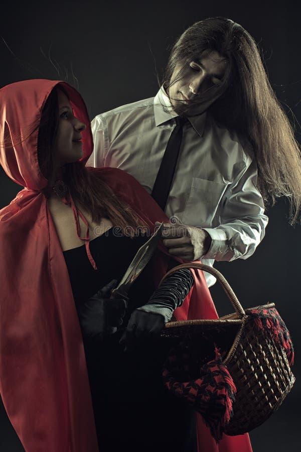 Capa con capucha roja peligrosa foto de archivo libre de regalías