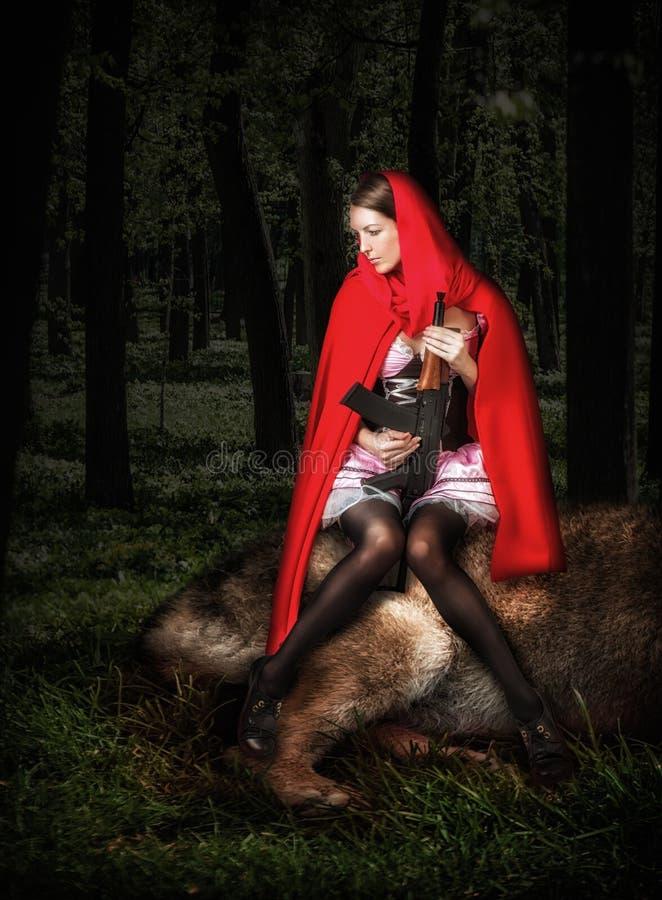 Capa de equitação vermelha da menina com automático imagem de stock
