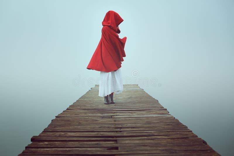 Capa de equitação vermelha pequena escura na névoa imagens de stock royalty free