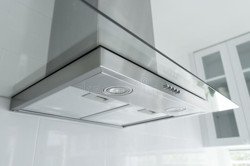 Capa de fogão do metal na cozinha luxuosa fotografia de stock royalty free