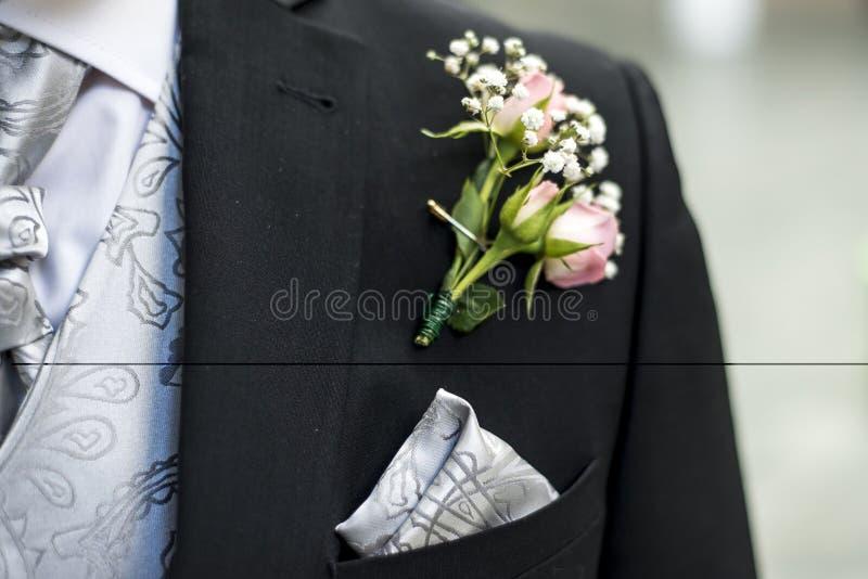Capa de la boda del novio de la flor del boutonniere de la rosa del rosa con la camisa del lazo foto de archivo libre de regalías